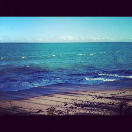 Foto tirada no(a) Praia Mirante da Sereia por Maria Eduarda L. em 10/28/2012