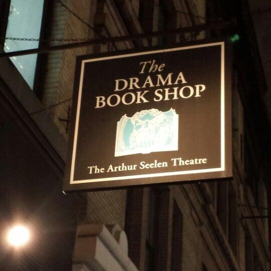 Foto tomada en Drama Book Shop por Marcus el 2/4/2014