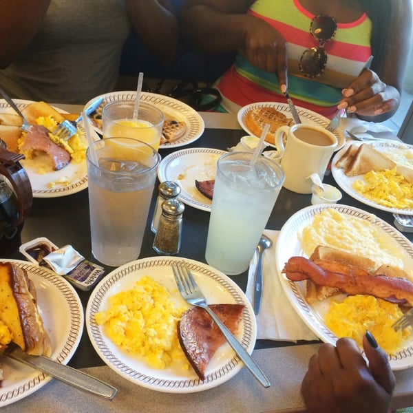 Photo taken at Waffle House by Cassandra Cashun T. on 7/25/2014