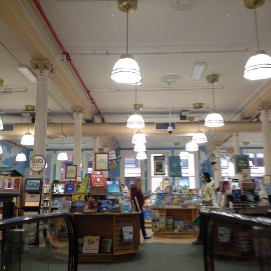 Foto tomada en Barnes & Noble por Louisa G. el 3/25/2012