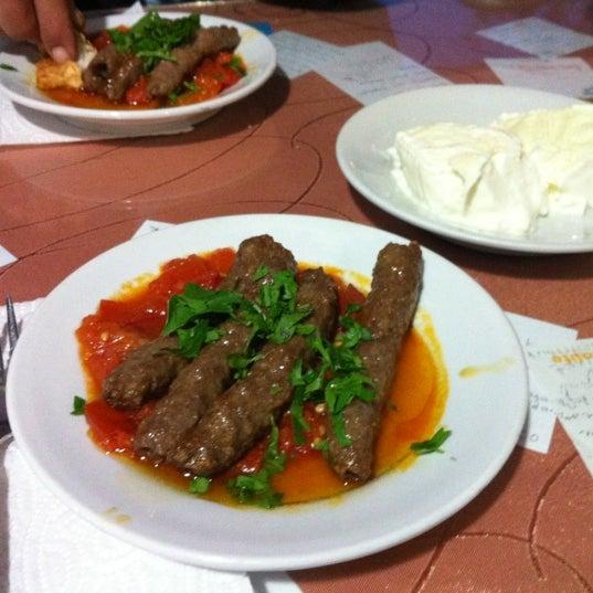 10/26/2011 tarihinde Özgün A.ziyaretçi tarafından Hacıoğlu Mangal Tire Köfte'de çekilen fotoğraf