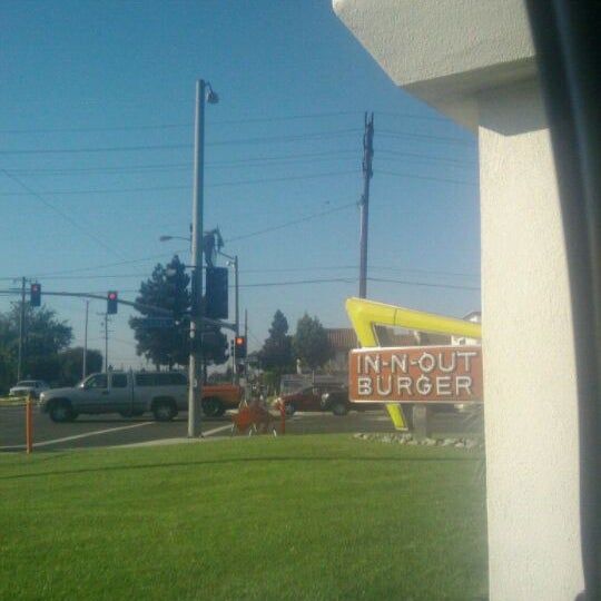 Photo taken at In-N-Out Burger by Veronica T. on 9/2/2011