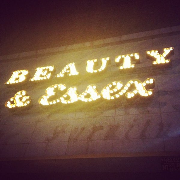 6/8/2012 tarihinde Christina P.ziyaretçi tarafından Beauty & Essex'de çekilen fotoğraf