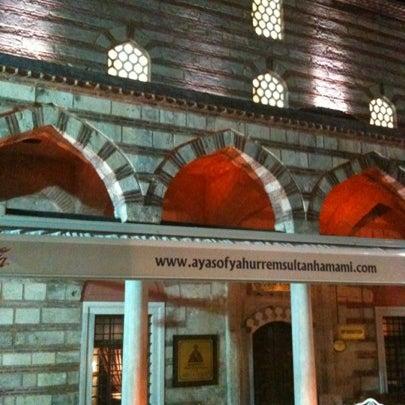 Das Foto wurde bei Ayasofya Hürrem Sultan Hamamı von Kubra am 7/30/2012 aufgenommen
