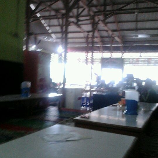 Photo taken at Warung Penyet Lesehan Mas Pur 3 by Maulana K. on 5/15/2012