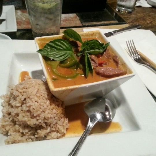 Foto tomada en Red Koi Thai & Sushi Lounge por Mark S. el 8/7/2012