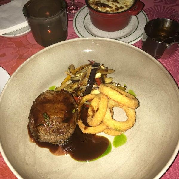 Очень уютное место , приветливые официанты , заказывали мясо 🍖 в вином соусе - отлично ,рыба - немного сухая и подача не впечатлила . В целом хороший ресторан .