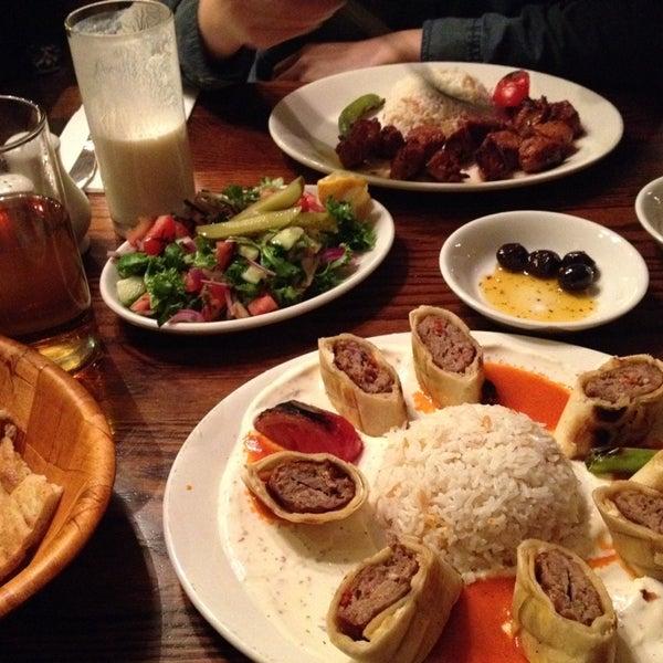 Photo prise au Makara Charcoal Grill & Meze par S W. le9/27/2013