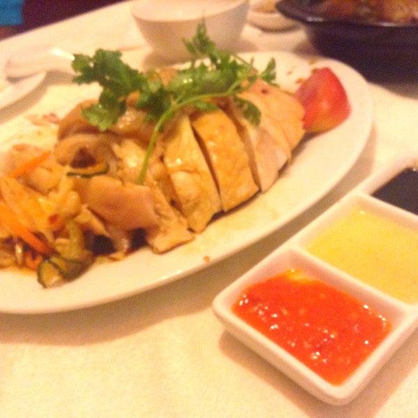Photo taken at 五星海南鸡饭 | Five Star Hainanese Chicken Rice by Cat J. on 9/4/2014