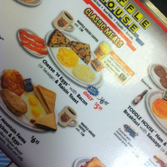 Photo taken at Waffle House by Jeunesse Yvonne on 10/13/2012