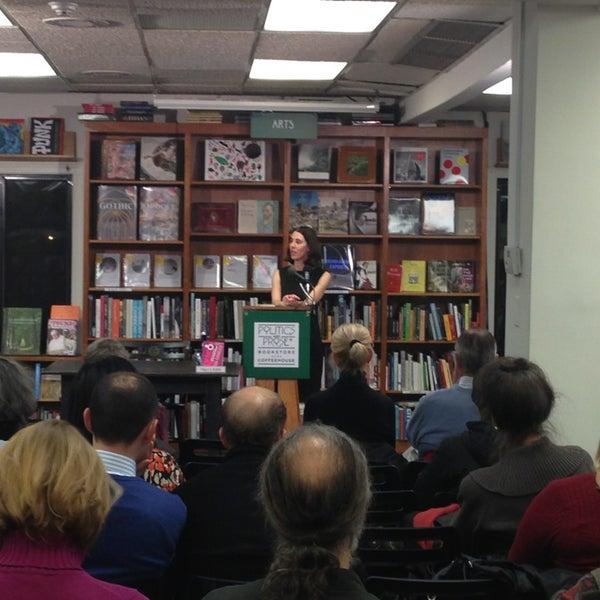 Foto tirada no(a) Politics & Prose Bookstore por Christopher G. em 3/5/2013