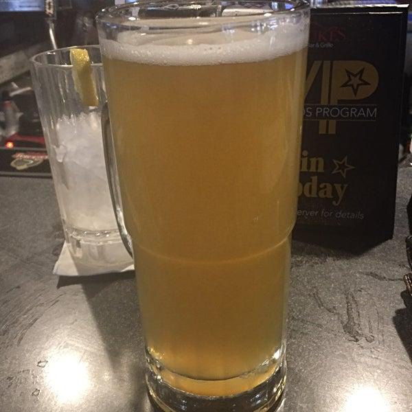 Foto tirada no(a) Dukes Bar & Grille por Clinton M. em 5/2/2018