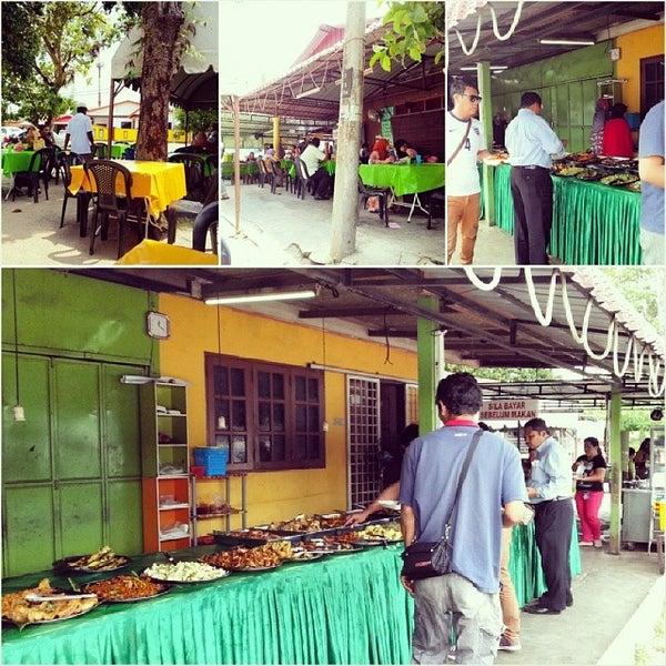 Photo taken at Warung AJA Selera Kampung by Adzramel Adnan on 5/27/2014