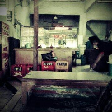Photo taken at Warung Penyet Lesehan Mas Pur 3 by Andrian J. on 11/2/2012