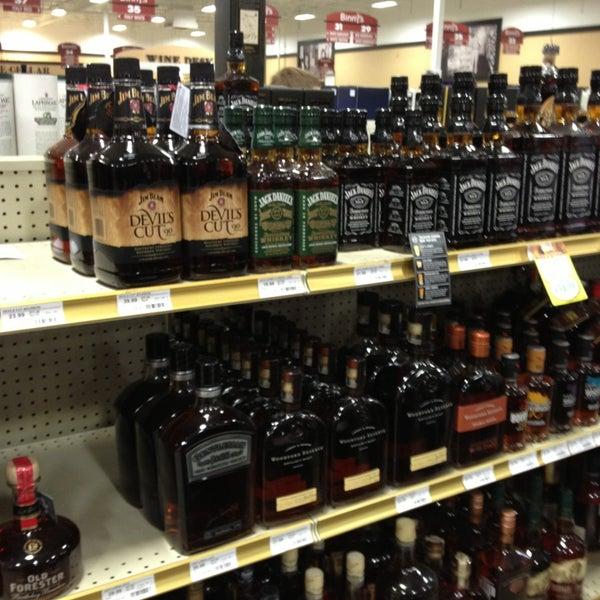 รูปภาพถ่ายที่ Binny's Beverage Depot โดย Roman W. เมื่อ 12/23/2012