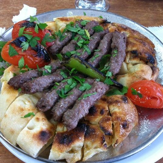 Manisa'daysanız ve açsanız, üstüne de canınız Manisa Kebabı çektiyse (Ya da hiç yemediyseniz) en iyisi buradadır, emin olabilirsiniz :) Kaçırmayın derim ;) Mezeleri ise zaten harika.