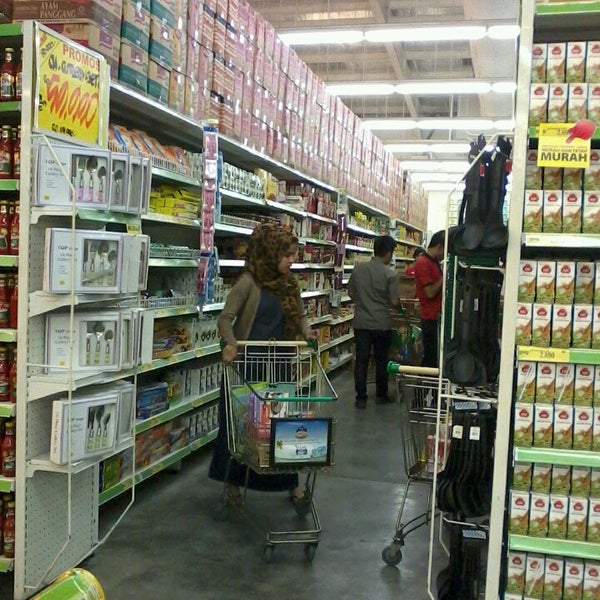 Photo taken at Giant by Ahmad H. on 10/1/2013