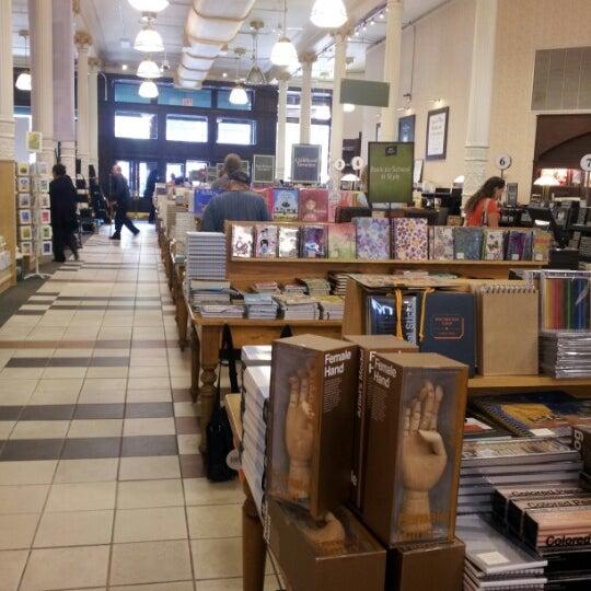 Foto tomada en Barnes & Noble por Gustavo M. el 9/17/2012