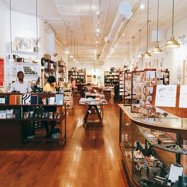 Das Foto wurde bei McNally Jackson Store: Goods for the Study von 詩璇 鄭. am 8/3/2018 aufgenommen