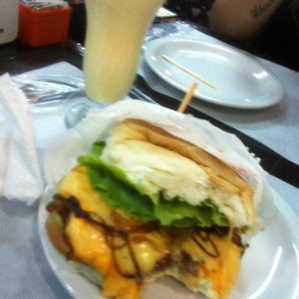 Foto tirada no(a) Brasil Burger por Natalia C. em 3/5/2013