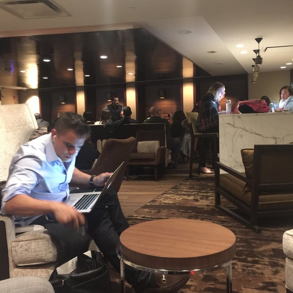 Photo taken at DoubleTree by Hilton Hotel Metropolitan - New York City by Cesar S. on 4/7/2016
