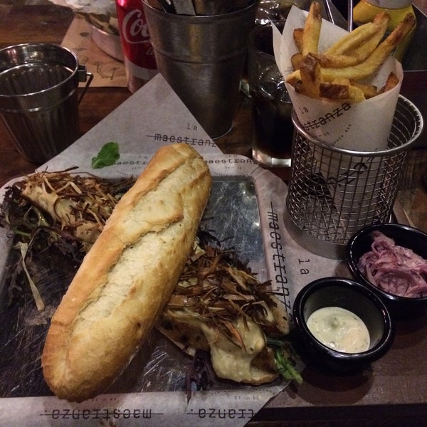 Foto tomada en La Maestranza Sandwich & Burger Bar por Diego C. el 3/19/2017
