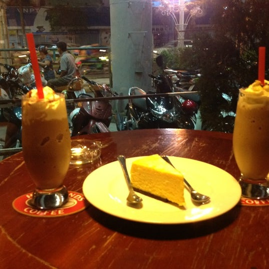 Photo taken at Highland Coffee @ BIG C by Bích Hồng H. on 1/6/2013