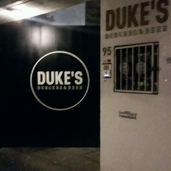 Foto tomada en Duke's Burgers & Beer por Debora R. el 4/10/2017