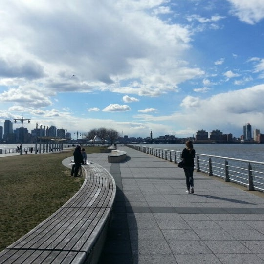 Das Foto wurde bei Hudson River Park von Izza B. am 3/27/2013 aufgenommen