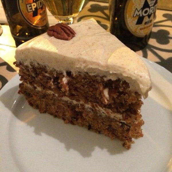 Pasteles, pasteles y mas pasteles, el carrot cake de verdad es impresionante como ya todo el mundo dice :) pero el red velvet también está genial. Excelente atención y muy amables :)