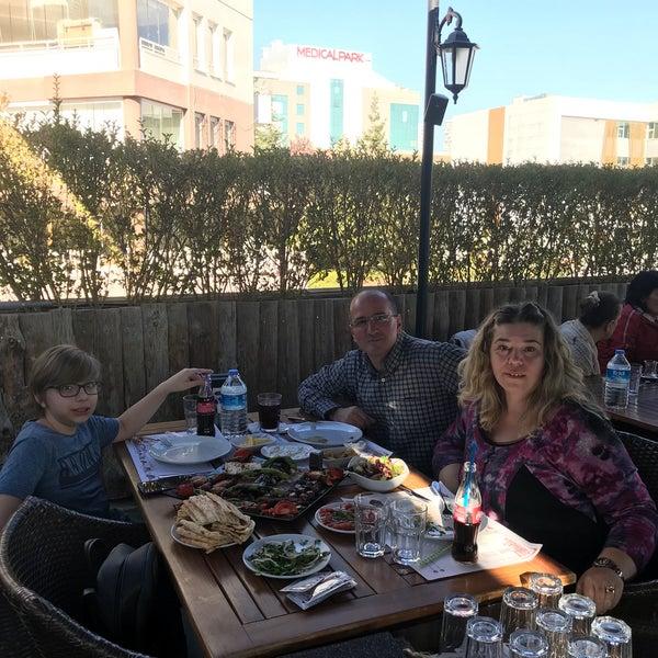 Biz Ailece karışık ızgara yedik, Adana kebap gerçekten çok güzel, mezelere diyecek laf bulamıyorum.Harika