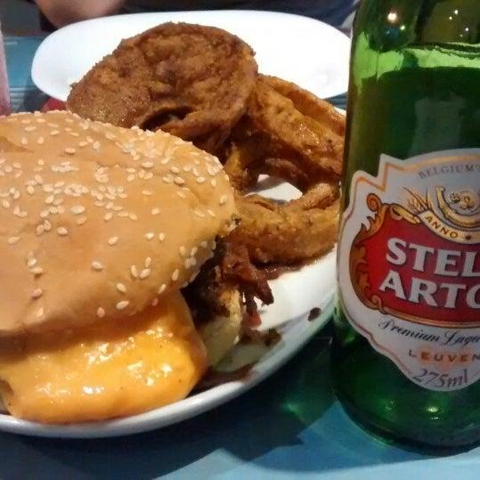 Foto tirada no(a) V8 Burger & Beer por Priscila F. em 10/19/2014