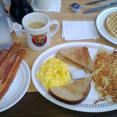 Photo taken at Waffle House by gisselle n. on 11/15/2012
