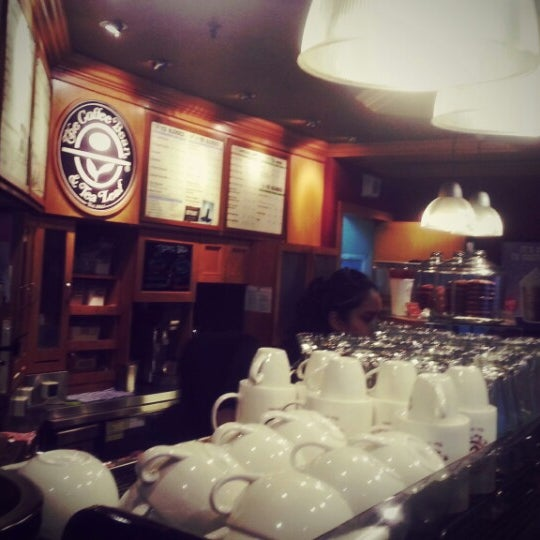 Photo taken at The Coffee Bean by WoeiCheng W. on 7/16/2013