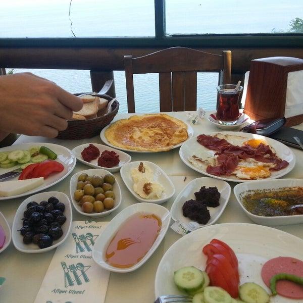 5/19/2013 tarihinde Serkan A.ziyaretçi tarafından Çamlı Kahve'de çekilen fotoğraf