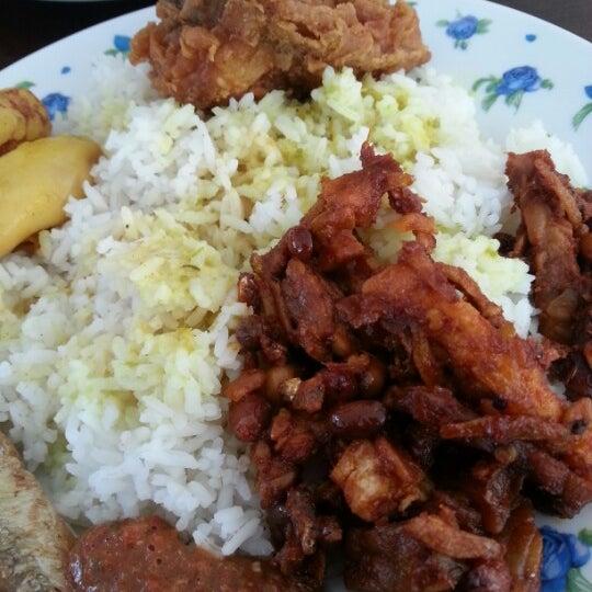Photo taken at Restoran D'Warisan by Zamhari M. on 2/2/2013
