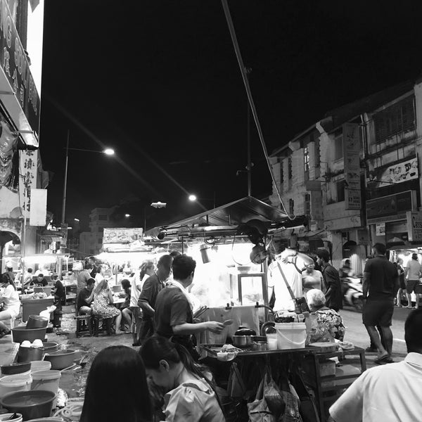Photo taken at Chulia St. Night Hawker Stalls by Fyn S. on 4/17/2018