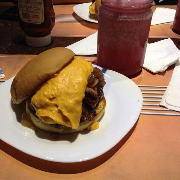 Foto tirada no(a) V8 Burger & Beer por Naiara d. em 2/20/2014