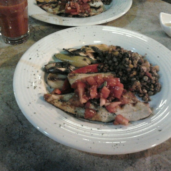 3/23/2013 tarihinde Kenan g.ziyaretçi tarafından Faros Restaurant'de çekilen fotoğraf