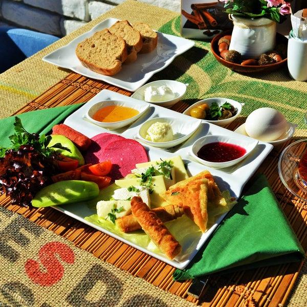Zengin kahvaltı tabağiyla güne iyi başlayin