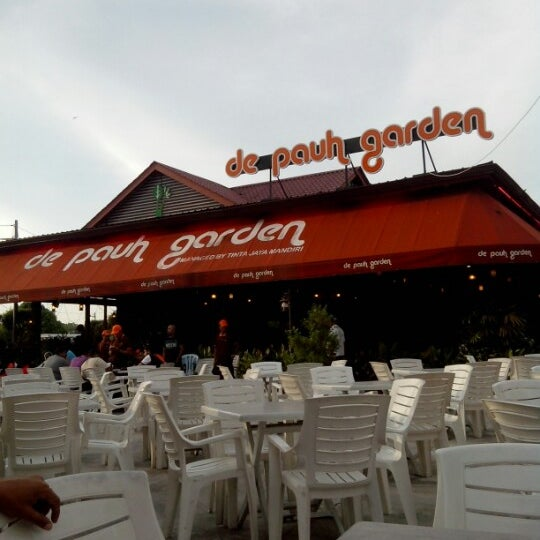 Photo taken at De Pauh Garden Restaurant & Cafe by Hilmi A. on 2/10/2013