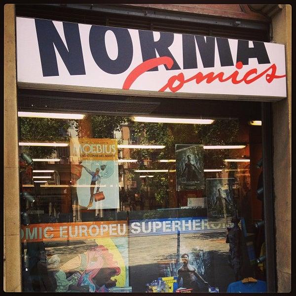 Foto tomada en Norma Cómics por Ivan L. el 7/27/2013
