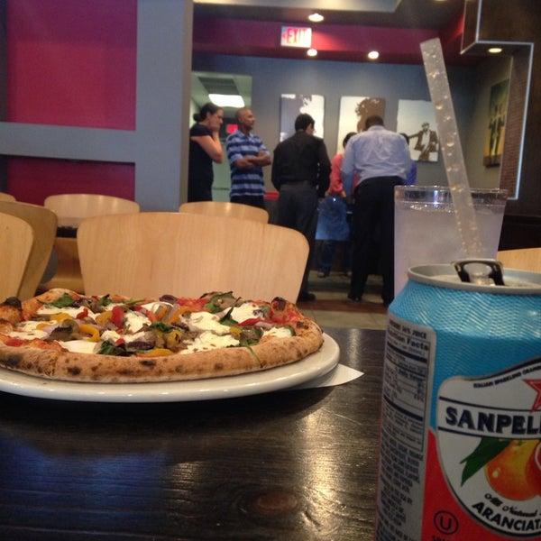 Foto scattata a Pizza CS da Valerie H. il 8/7/2014