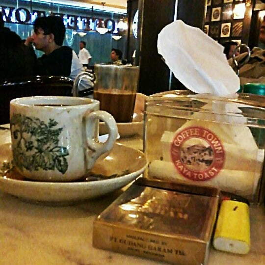 Photo taken at Coffee Town Kaya Toast by Denny R. on 12/1/2012