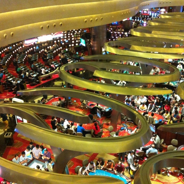 Photo taken at Marina Bay Sands Casino by eremitaasi ,. on 8/18/2013