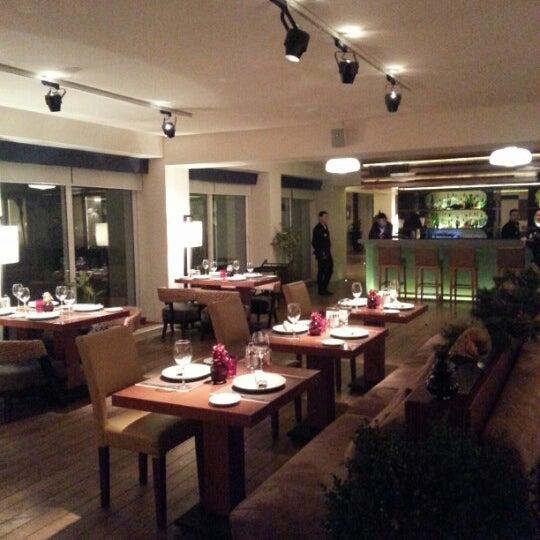Снимок сделан в Shore House Lounge пользователем Isa A. 12/3/2012