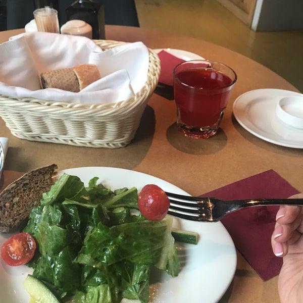 Прекрасное место, уютно, просторно, свежея еда, наконец, здесь подают очищенные от кожуры помидоры! Идеально!