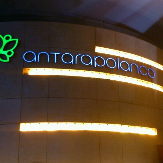 Foto tomada en Antara Fashion Hall por Mitch A. el 12/30/2012