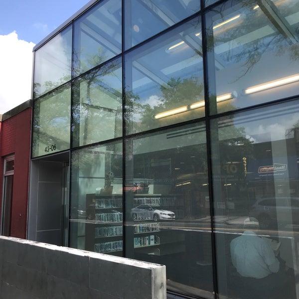 Foto tomada en Queens Library at Sunnyside por Jesse H. el 8/21/2018