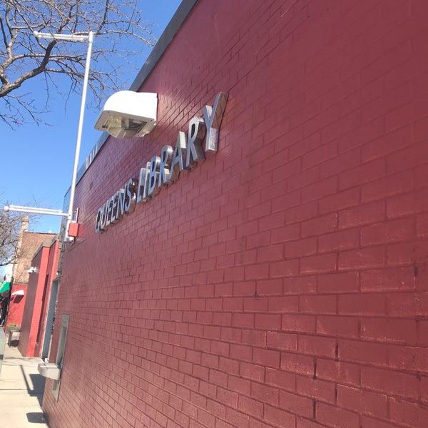 Foto tomada en Queens Library at Sunnyside por Jesse H. el 4/21/2018